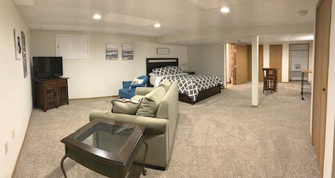 June's Place: Private Basement Suite near Airport