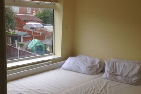 Room 20 minutes from City Centre - Denton