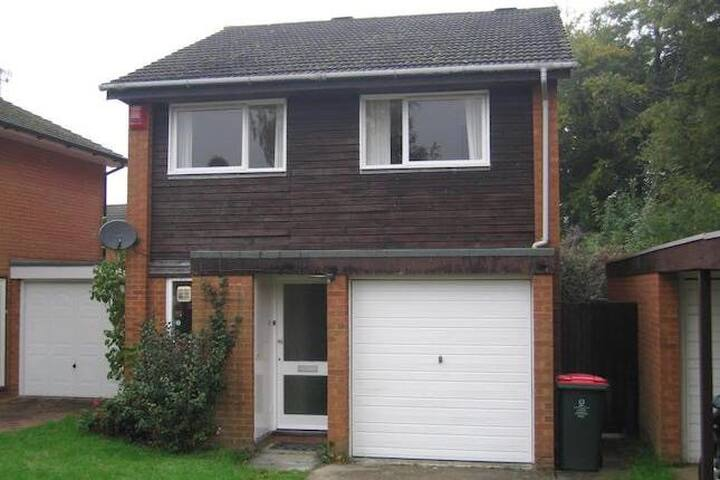 Private room in shared house Worth - Crawley - House