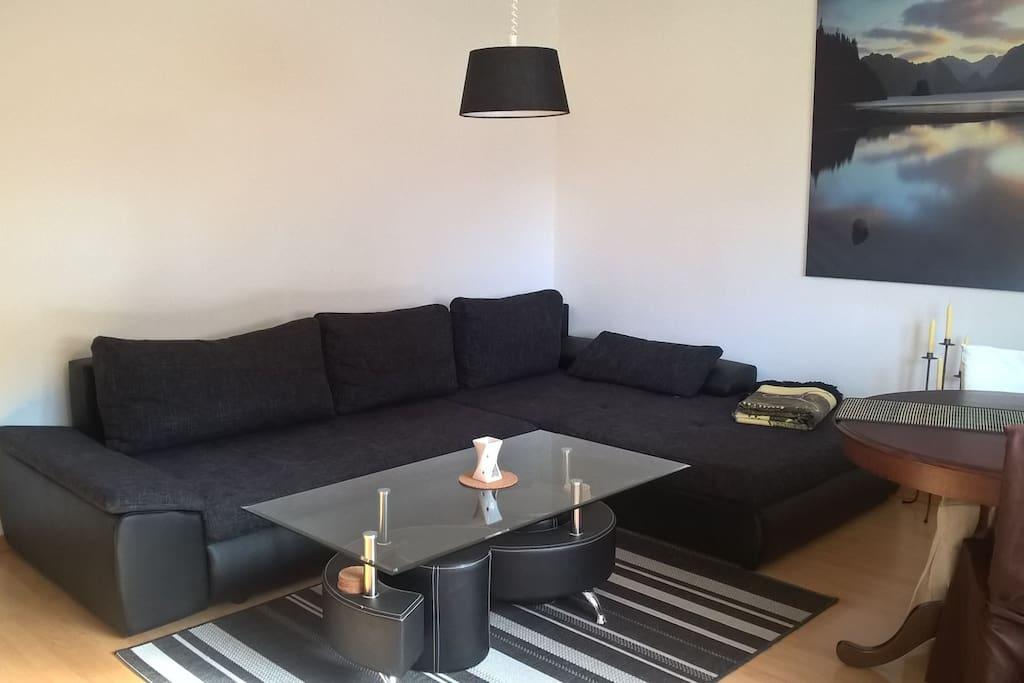 Gemeinsames WZ mit extrem gemütlicher Couch und Tv