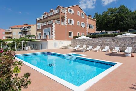 Think Pink / swimming pool& terrace - Mlini - Apartment