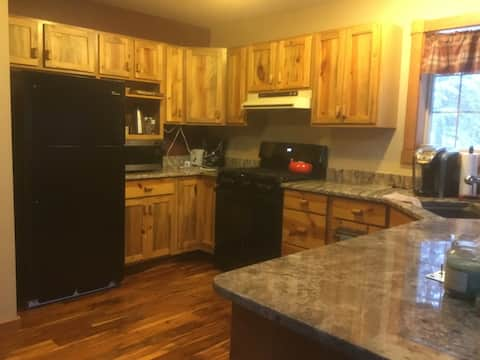 Beautiful Cabin, large garage, hot tub, Terry Peak