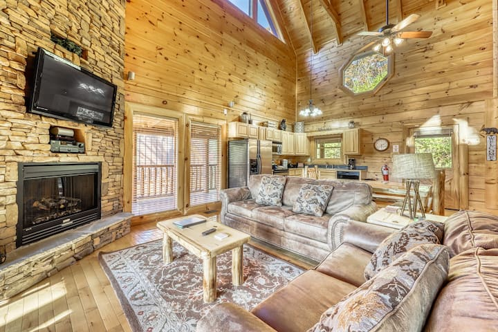 Charming log cabin nestled in the mountains w/ a private hot tub