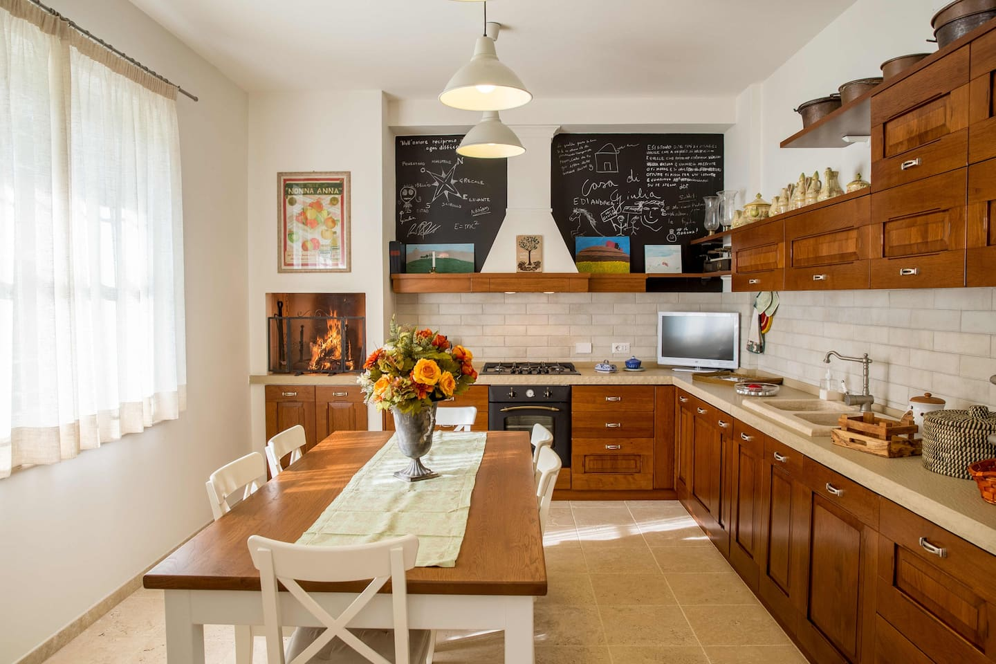 The spacious kitchen with the indoor barbecue!
