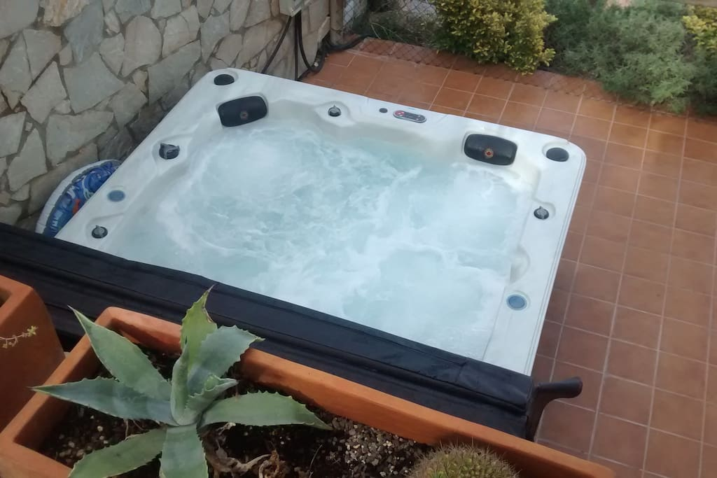 Brand new jacuzzi -- available all year