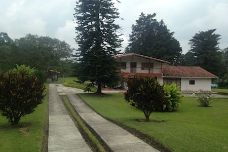 Casa Campestre con amplia zona verde y parqueo - Circasia - Almhütte