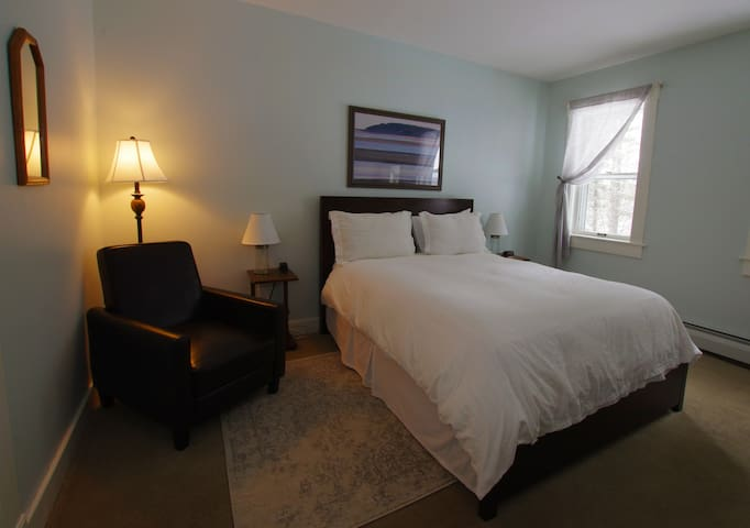 Jennies Room  @ The Wilmington Inn- Breakfast Included & downtown Wilmington location!
