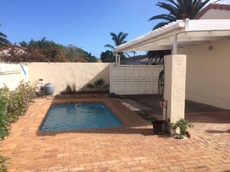 Der Blick von der Veranda zum Pool
