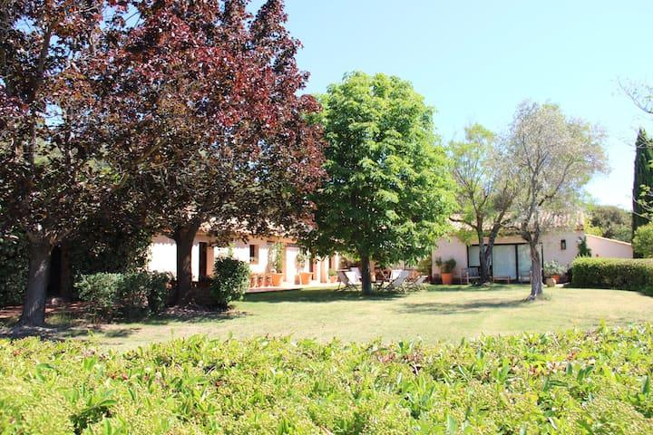 TRES BELLE DEMEURE DANS LE LUBERON POUR FAMILLE - Beaumont-de-Pertuis - บ้าน