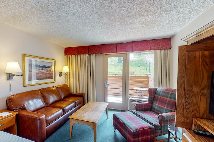 Ski-in/out room w/ WiFi & shared hot tub, pool, airport shuttle - walk to lifts!