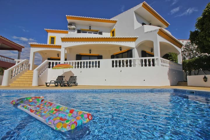 4 Bed with a swimming pool and pool table