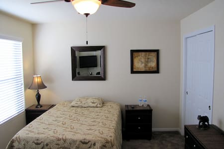 Steven's Lair (The Woodlands), Panther Guestroom - Conroe