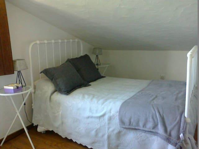 Quarto cama de ferro