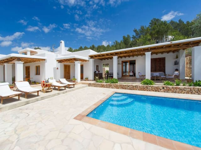 Air-conditioned Villa with Pool, Terrace and Wi-Fi