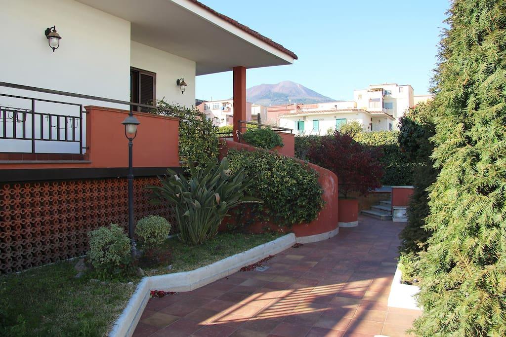 Esterno Villa ,ampio spazio esterno con  vista Vesuvio.