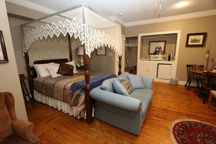 Historic Cornell Inn B&B - Bess · Queen Room with wood-burning fireplace