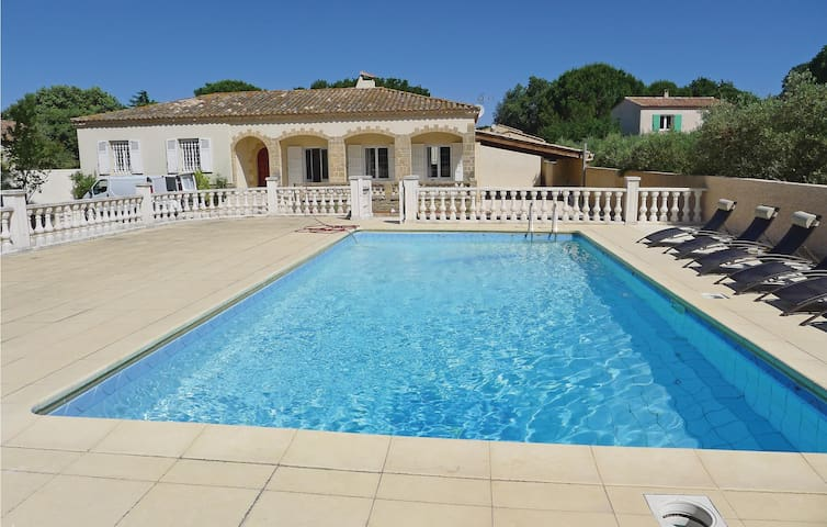 Holiday cottage with 4 bedrooms on 180 m² in Castillon-du-Gard