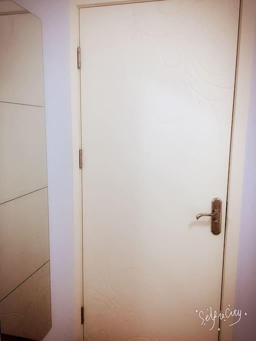 房间内有试衣镜子,如果买了新衣服可以在房间内试穿