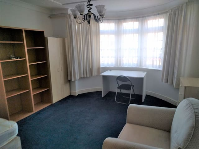 Cheap and big double room in Mill Hill, London