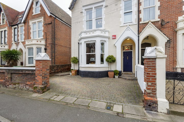 Family Home near the  Beach/Southsea -4 Bedrooms