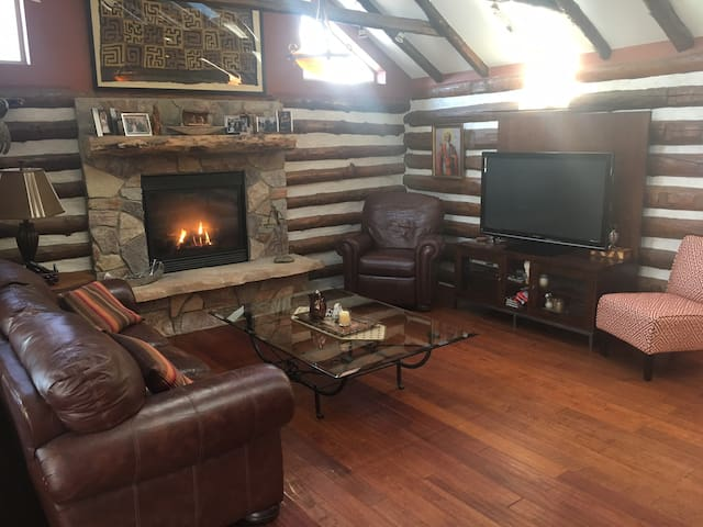 Log Cabin Luxury: Less than an hour from Milwaukee