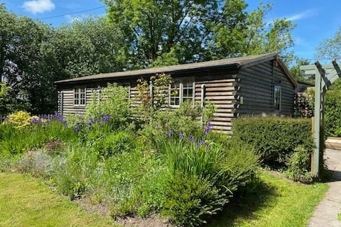 Lovely 2 bed self-catering log cabin with garden
