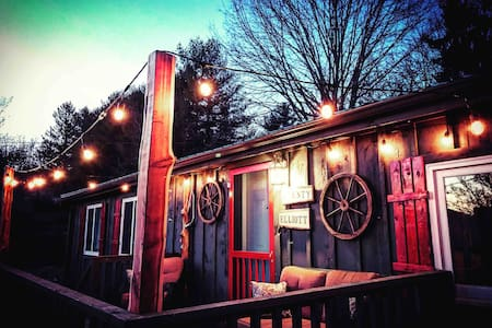 Cozy and cute cabin, walk to downtown & bike trail