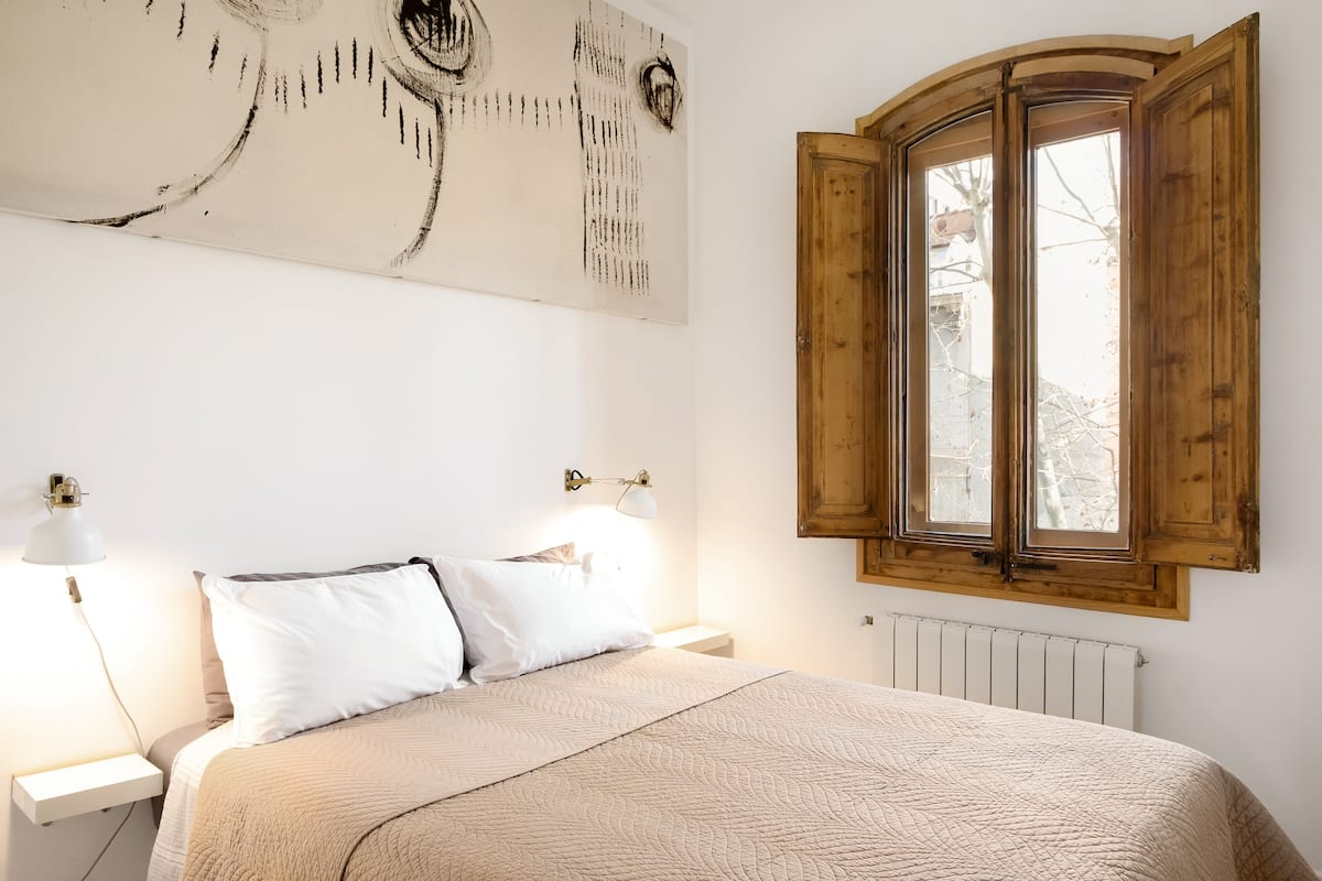Indulge in an Upscale Design Comfortable Quiet Two Room Two Full Bath Apt. In the Best Area of New Town Neighborhood. Five Minutes Walking from Beach and Nearest Metro. Close to Barcelona's Attractions. Sunny Terrace!