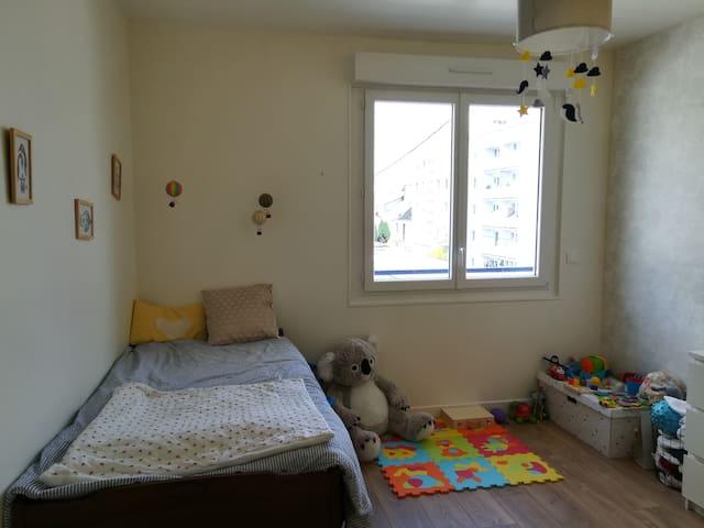 Chambre 2 avec lit enfant et lit bébé