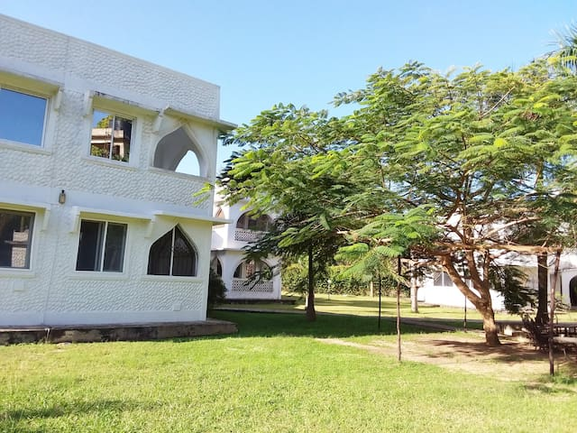 Bright & airy apartment with garden & pool, Mtwapa