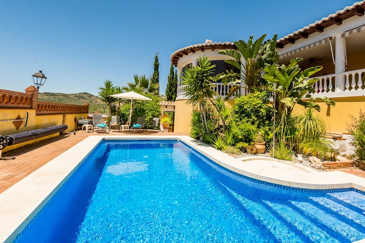 Immaculate 2 bed 2 bath villa & pool for 4 (max 6)