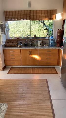 Cozinha com vista para a natureza