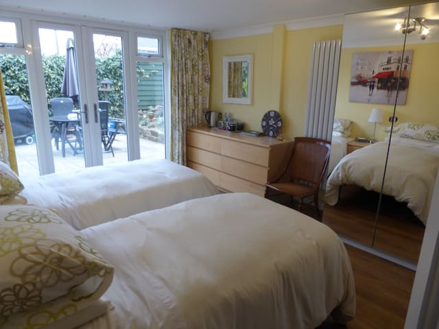 Village nr Bolton Abbey. Private twin ensuite B&B - Addingham - B&B