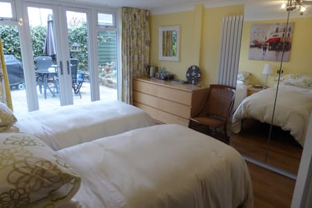 Village nr Bolton Abbey. Private twin ensuite B&B - Addingham - Bed & Breakfast