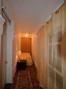 NEWARK AIRPORT LONG BRIGHT ROOM 2A - Apartment