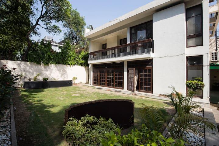 South Delhi Villa ( NFC) with Garden, Balcony.