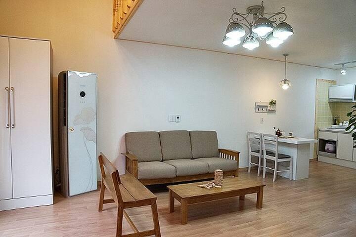화이트와 베이지 톤의 깔끔한 디자인으로 월풀 스파를 즐길 수 있는 객실