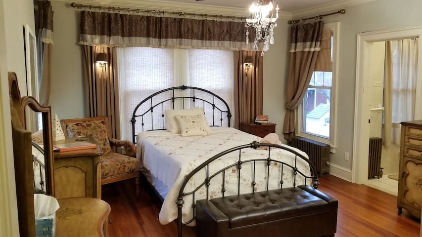 Private Ensuite! in Peaceful Home! easy to NYC