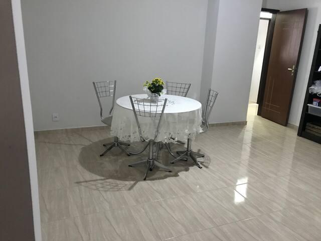 Sala de jantar - esta mesa está sendo substituída por uma maior