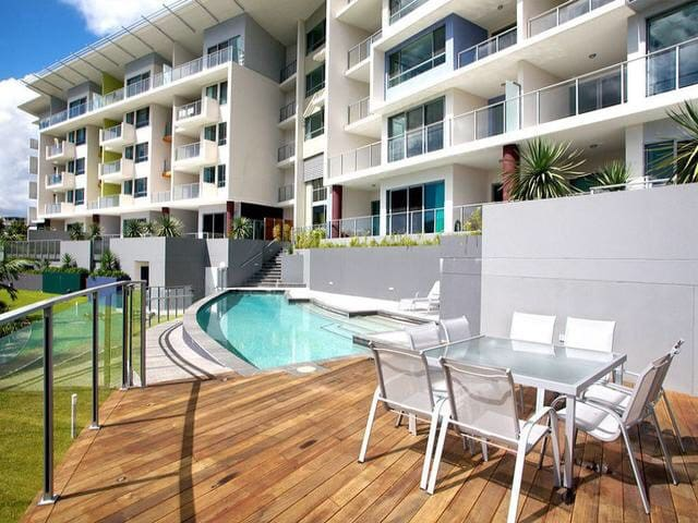 Spectacular top floor apartment! Private Bedroom! - Robina - Flat
