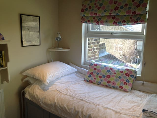 Single bedroom in family house near Northern Line