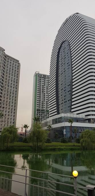 Жилищно- гостиничный комплекс Mega Palace - один из лучших в Батуми. Он находится в 250 метрах от моря.