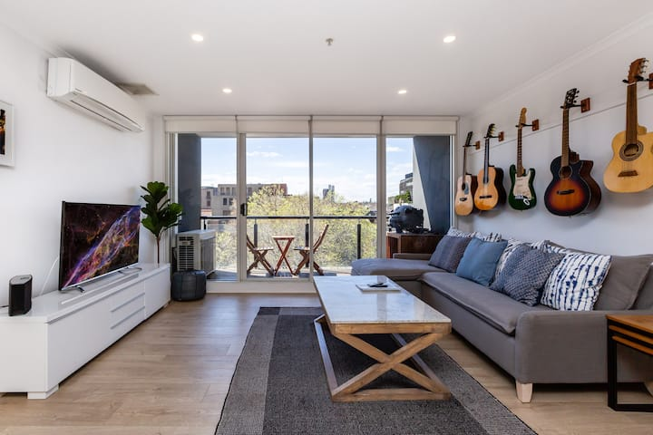 Spacious 2B w/parking, easy access to CBD+St Kilda
