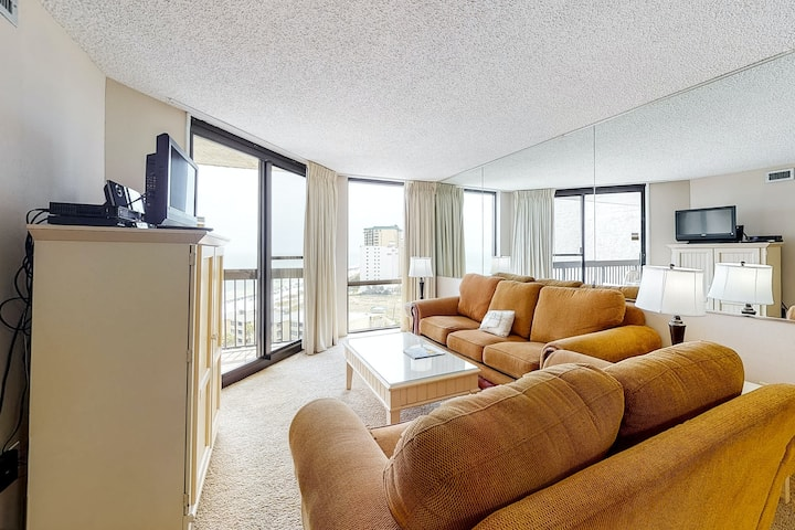 14th Floor Airy Condo, On-site bar & restaurant, Pool w/ splash pad