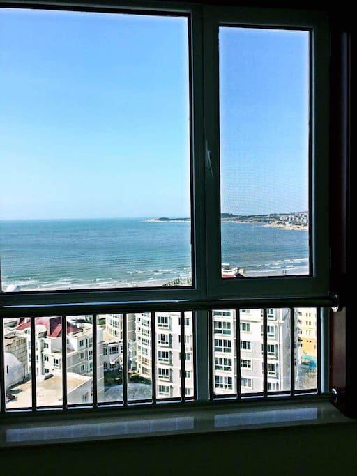 次卧窗户,躺在床上看海,吹海风,听海。