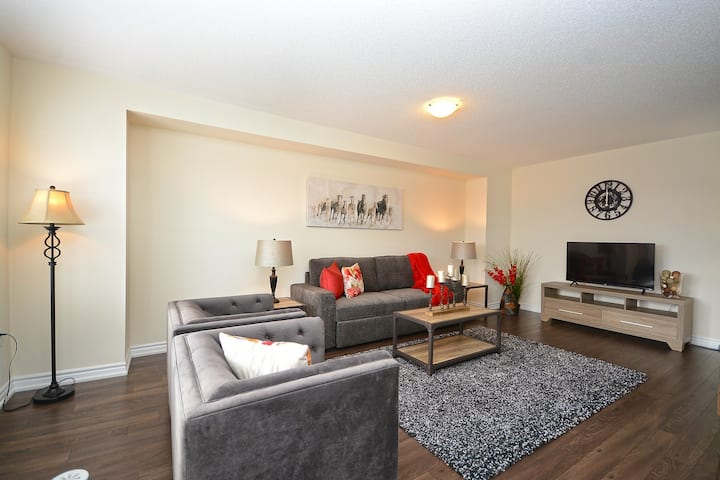Stylish Fully Furnished 3 Bedroom Townhome-Milton