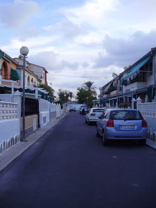 Calle privada, pudiendo aparcar en ella los residentes