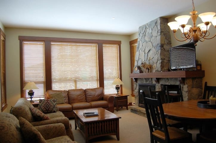 Fabulous 3 Bedroom Condo with Hot Tub in Big White