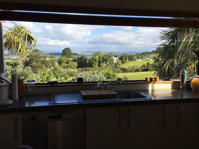Waiheke Village- Share Hosts Home With Views 2 Rms - Окленд - Дом