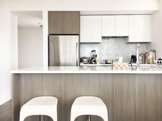 全新高层两室一厅的次卧独卫,简洁现代风,超级整洁,走路1分钟到天车站。 - Burnaby - Leilighet